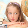 Несколько пятилетних ребятишек собираются в школу в новом учебном году