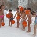 дети обливаются холодной водой