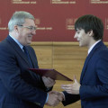 Виктор Толоконский вручил школьникам свидетельства