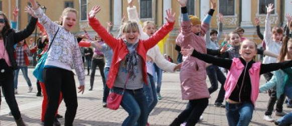 Дивногорские школьники танцевальным флешмобом напомнили местным жителям правила пожарной безопасности в лесах