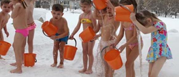 Воспитанники красноярского детсада зимой на улице обливаются водой
